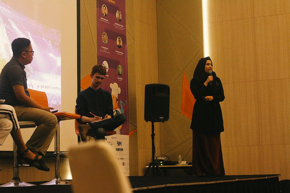 Hubton Indonesia's CEO & Designer, Andini Endah Pratiwi, speaking at the workshop.